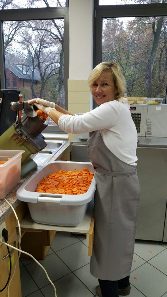 Daniela Reinhart beim Kochen